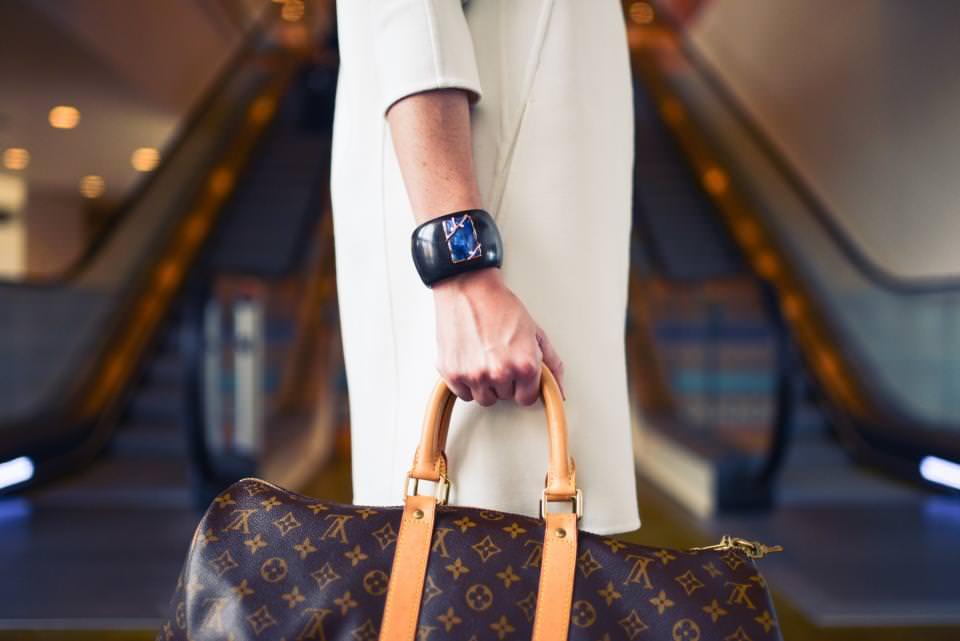 Девушка и сумка Луи Витон