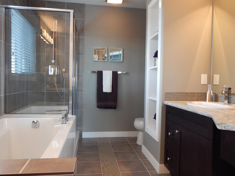 ванная комната. дизайн. интереьер. окно в ванной