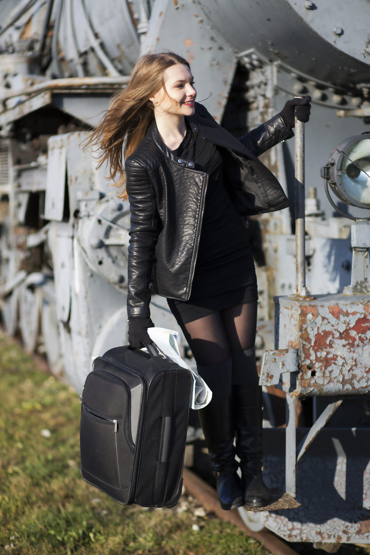 путешествие по европе, девушка с чемоданом