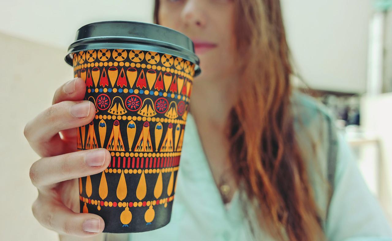 черный кофе с собой. девушка с кофе