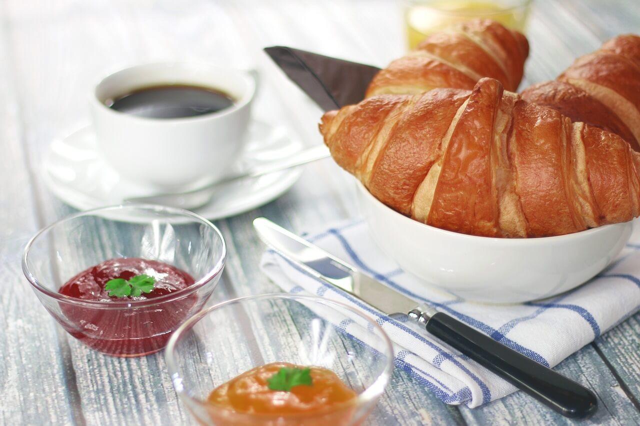 Французский завтрак на вашей кухне: круассан и кофе