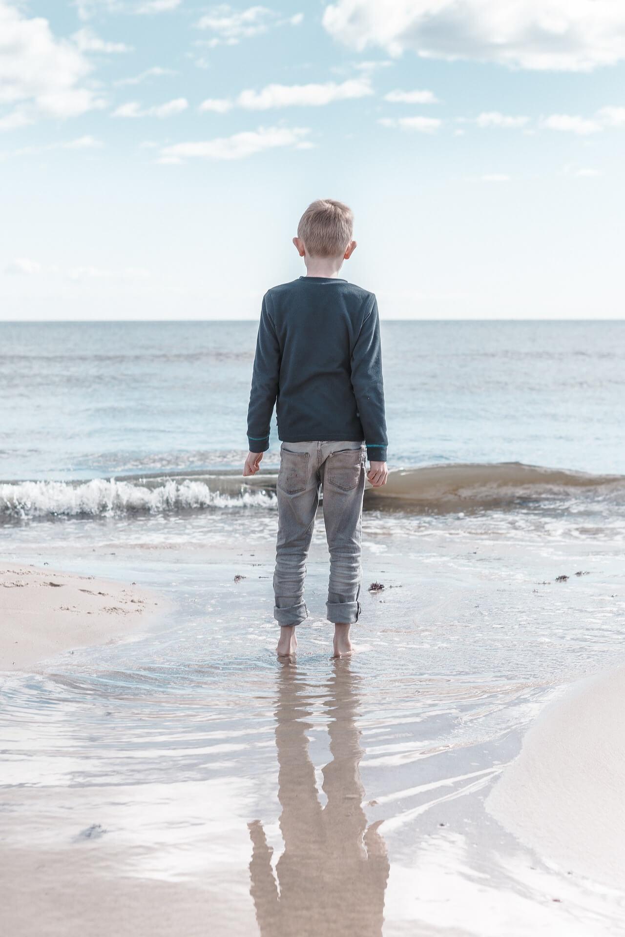 мальчик у моря. ребёнок у моря