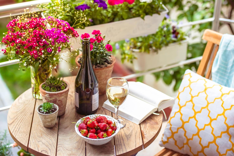 путешествие по европе, терраса и бокал вина