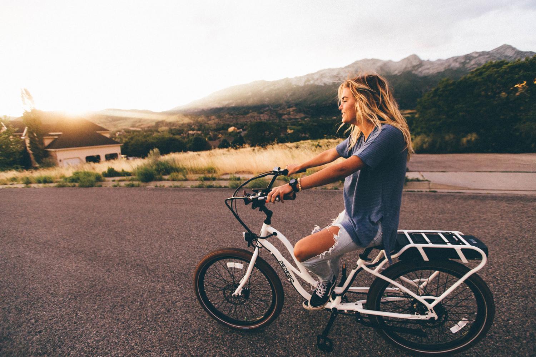 Девушка на велосипеде в горах