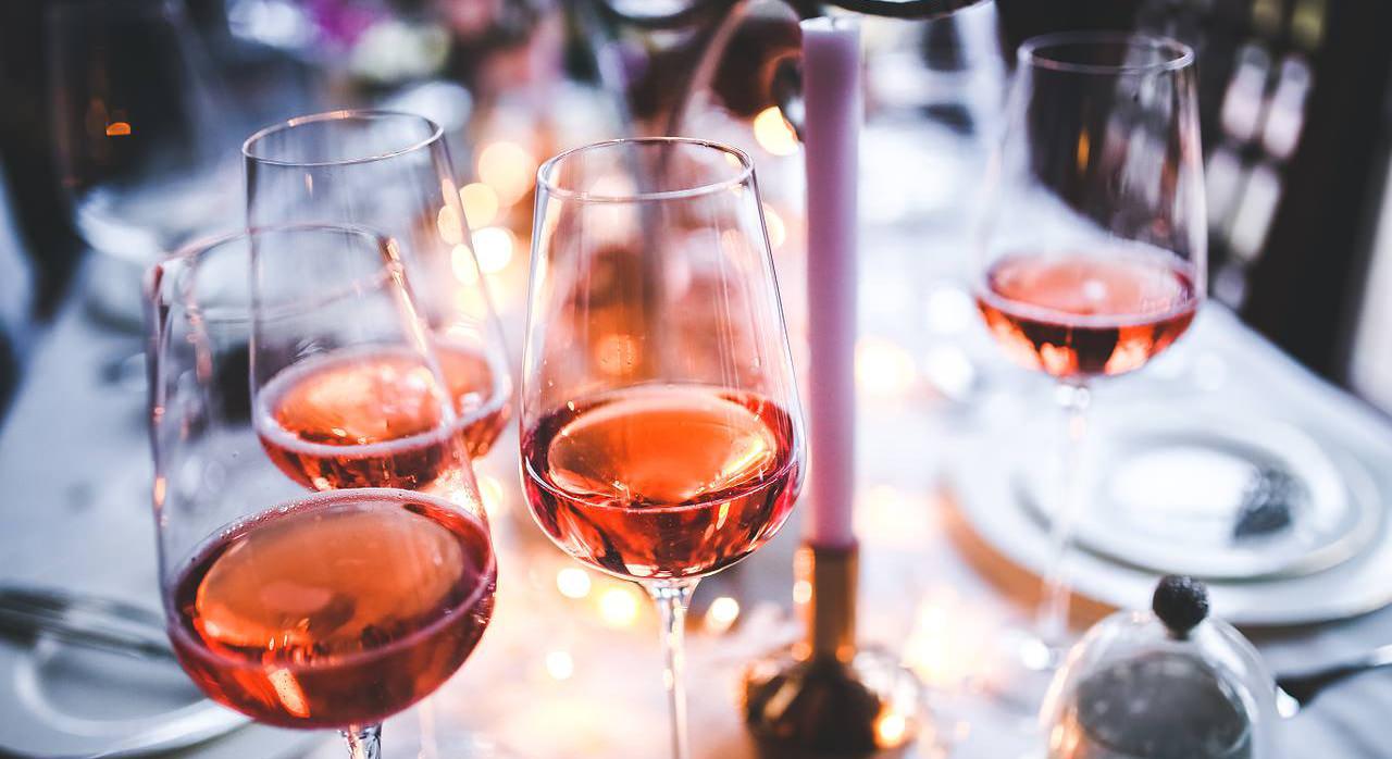 Вино в бокалах. Бокалы в ресторане. Ресторан и вино.
