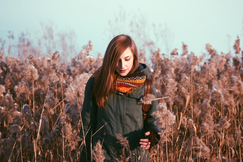 Чудесная золотая осень и девушка в поле