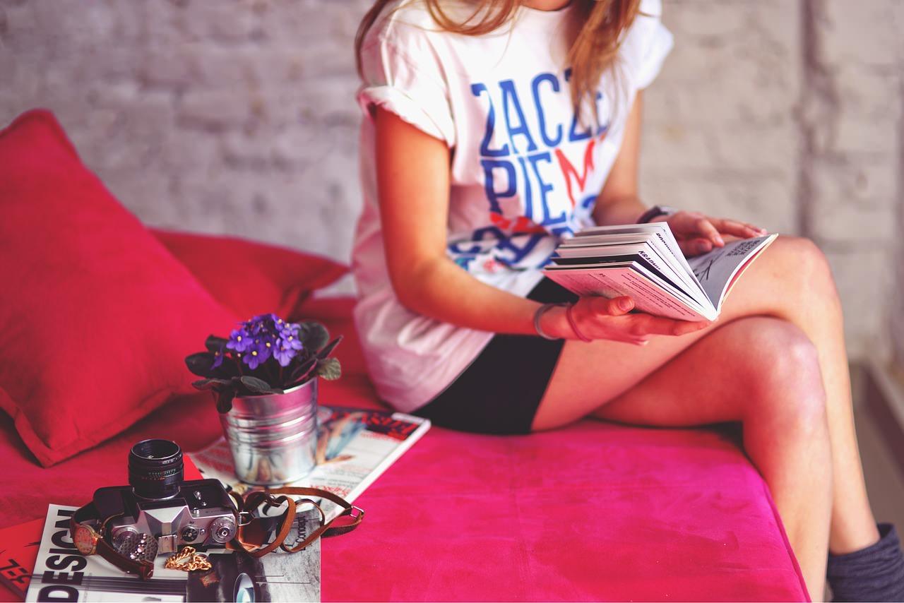 Книги. Чтение книг. Девушка и книги