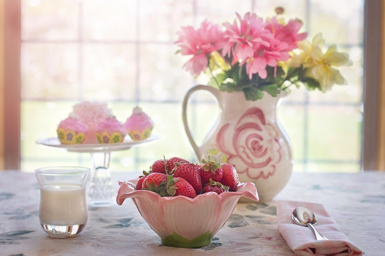 Завтрак. Чудесный завтрак с клубникой, запеканкой и цветами