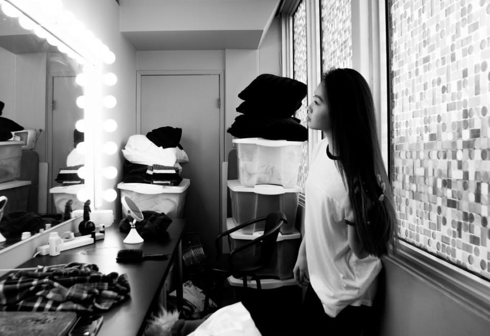 вещи. девушка. зеркало. гардеробная