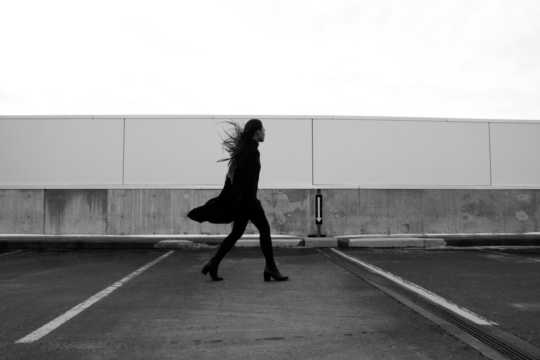 Девушка с ветром. Стены. Походка. Прогулка